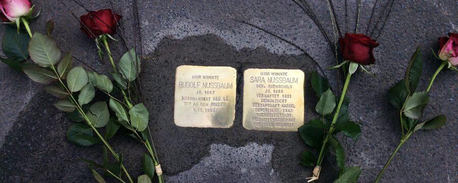 Stolpersteine für Sara und Rudolf Nussbaum, frisch verlegt und Blumen gesäumt